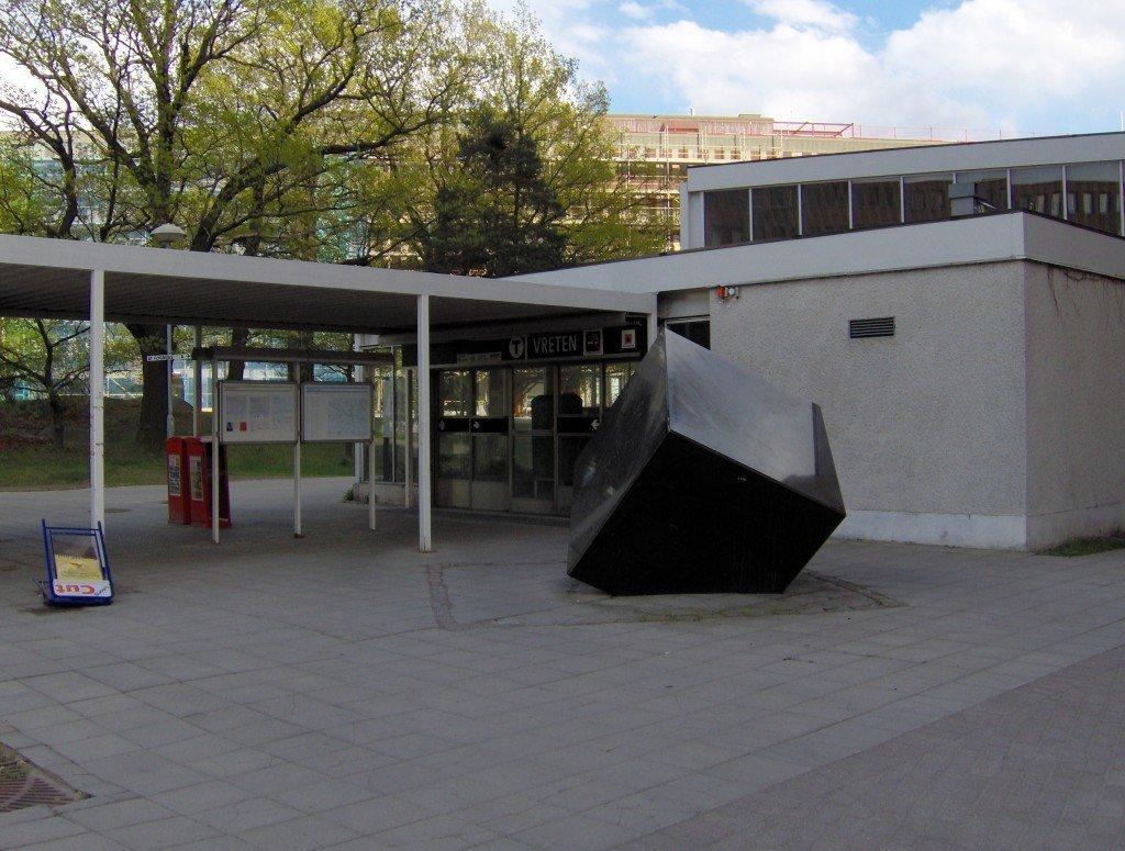 """La stazione metro di Solna Strand (ex Vreten) - """"Vretens tunnelbanestation, utsidan"""". Licenserat under CC BY-SA 3.0 via Wikimedia Commons."""